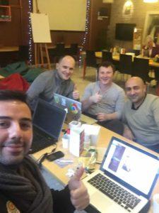 elopage-Gründer Özkan Akkilic und Tolga Önal mit den ersten Entwicklern